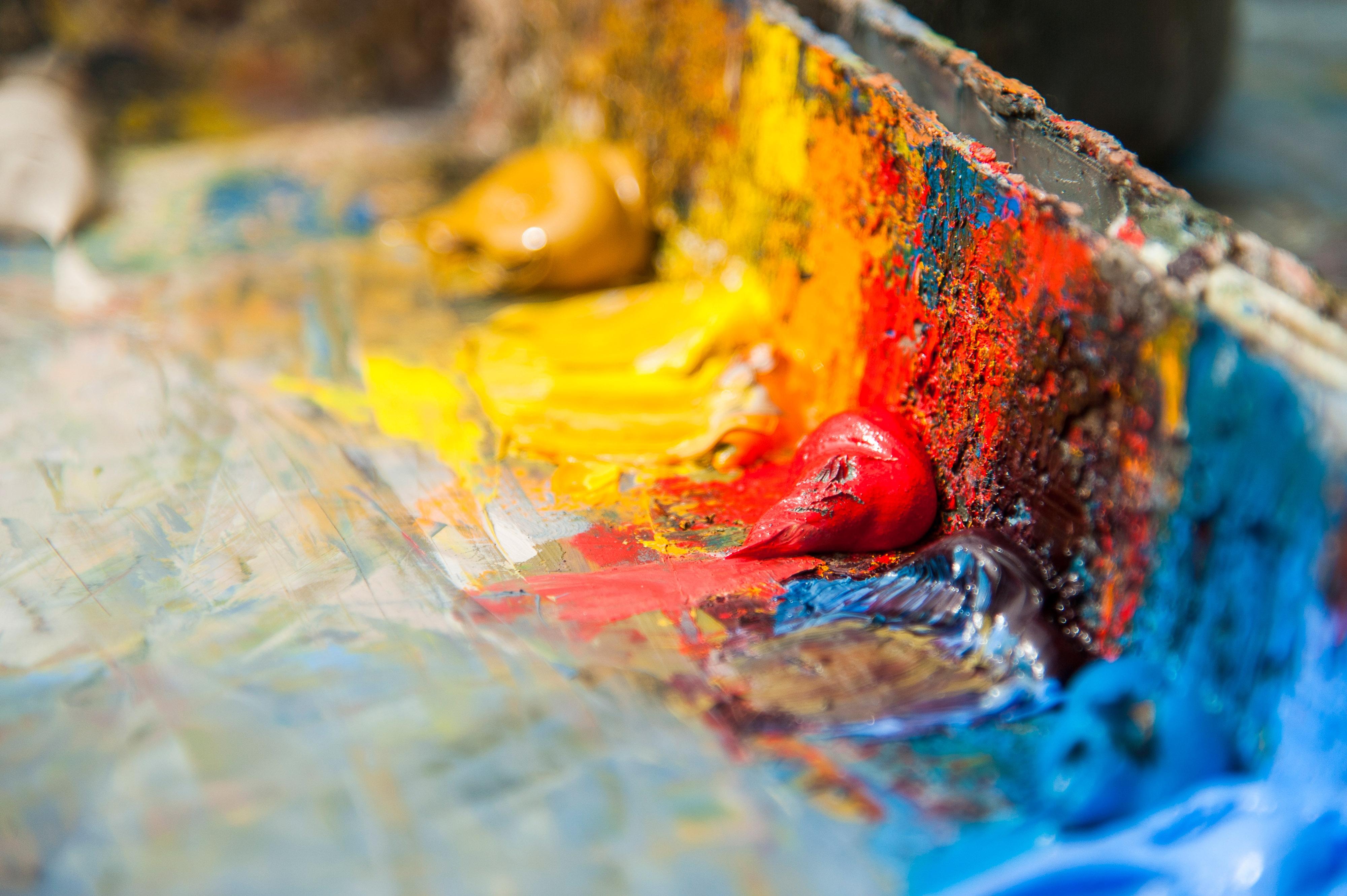Abbildung von Farbpasten in kräftigen Tönen, blau, rot und gelb