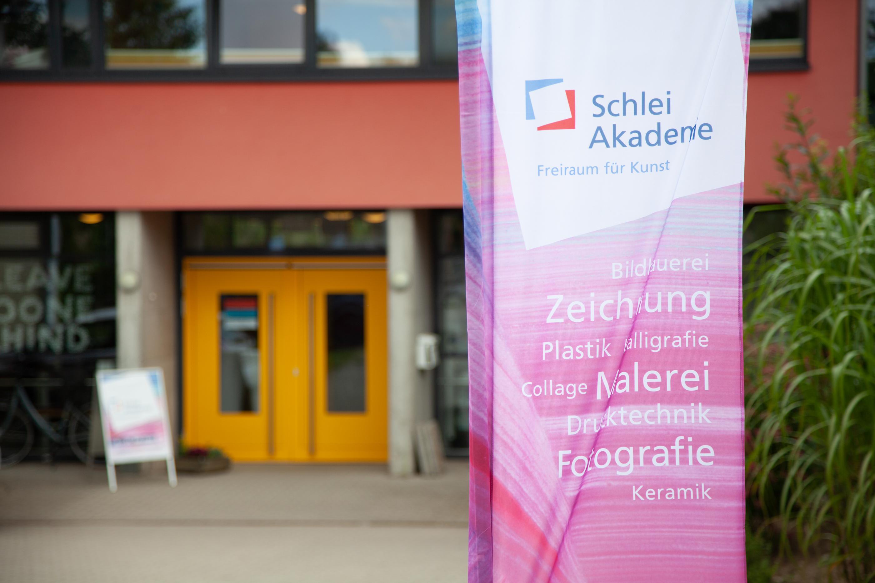 Das Bild zeigt die Eingangstür der Schlei-Akademie